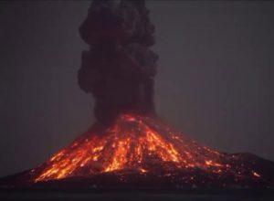 إندونيسيا.. انفجارًا بركاني تسبب في دفع الحمم والرماد لارتفاع 1000 متر