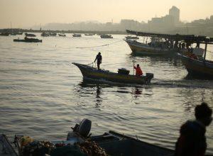 زوارق إسرائيلية تُغرق قاربين لصيادين شمال قطاع غزة