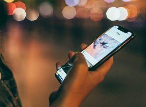 كيف نُقلل من ضرر الهواتف على البصر؟