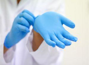 هل تُفيد القفازات بالوقاية من فيروس كورونا؟