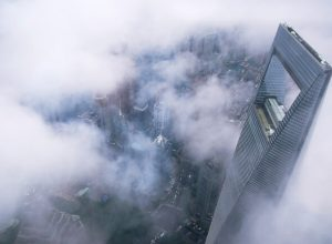 الصين... اعتقال رجل ألقى أموالا طائلة من الطابق الـ30
