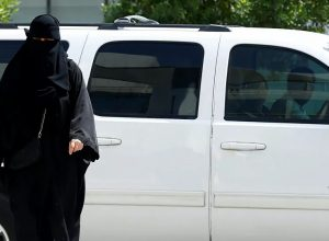 فيديو.. مُعلمة سعودية توصل «لاب توب» بمحول كهربائي عام لتدريس طالباتها