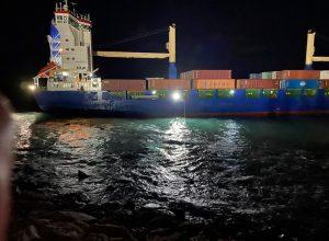 محاولة إنقاذ سفينة شحن مصرية علقت داخل ميناء طرابلس