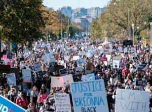 الآلاف بواشنطن يحتجون على «مُرشحة» ترامب لعضوية المحكمة العليا