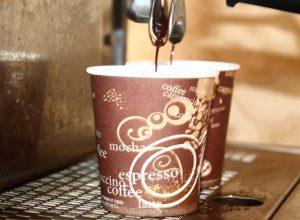 دراسة تُحذّر من شرب القهوة أو الشاي في أكواب ورقية