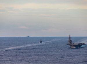 البحرية الأمريكية تُعلَّق على نشرها حاملة طائرات في الخليج
