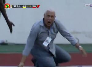 فيديو.. حكم يعتدي على مدرب فريق كرة قدم ويُسقطه أرضًا