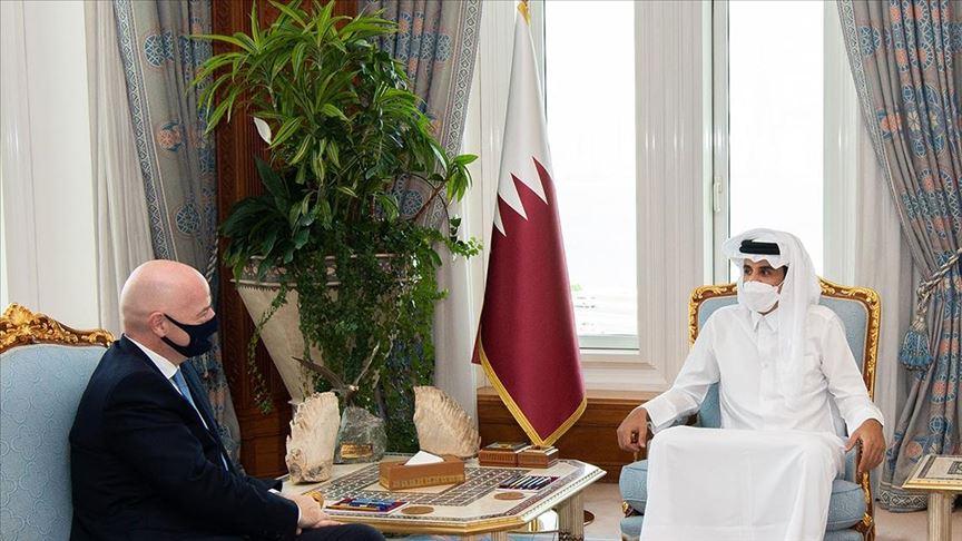 أمير قطر يبحث تطورات استضافة كأس العالم 2022