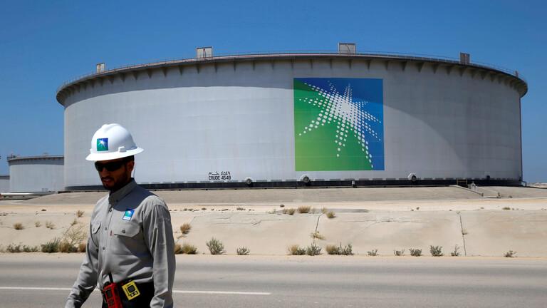 بلومبرغ: السعودية تُخفض إمدادات النفط إلى أوروبا وآسيا