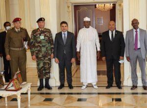 وزير الدفاع ورئيس الأركان العامة يبحثان في تشاد تعزيز التعاون