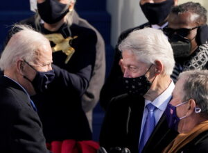 فيديو.. بيل كلينتون «يأخذ غفوة» خلال حفل تنصيب بايدن