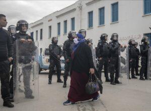 تونس.. احتجاجات ليلية وصدامات مع الأمن