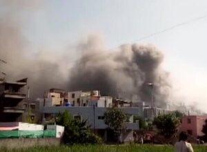 فيديو.. النيران تلتهم أكبر معهد لإنتاج لقاح كورونا في العالم