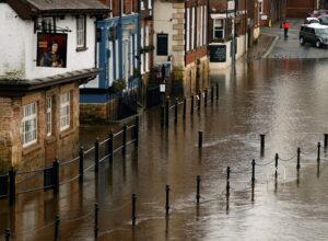 بريطانيا.. 5 تحذيرات من فيضانات شديدة وإخلاء للمنازل