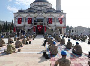 وزير الداخلية التركي يفتتح مسجداً داخل كليّة للقوات الخاصة