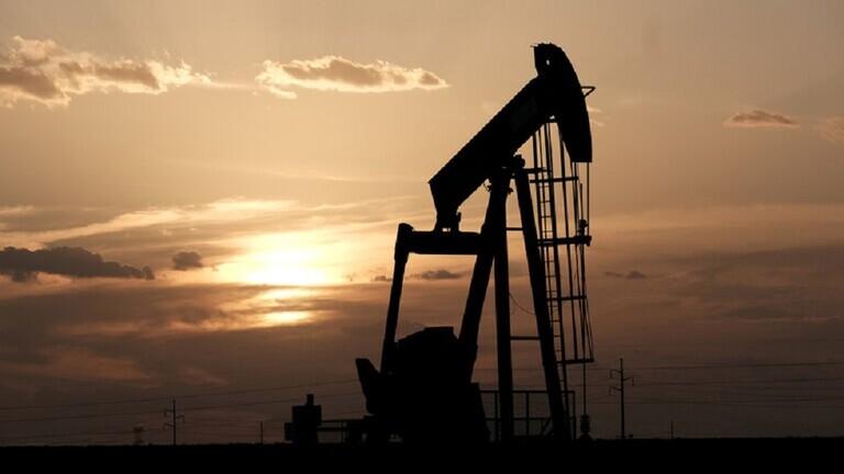 ارتفاع أسعار النفط بالتزامن مع عودة الإنتاج الأمريكي ببطء