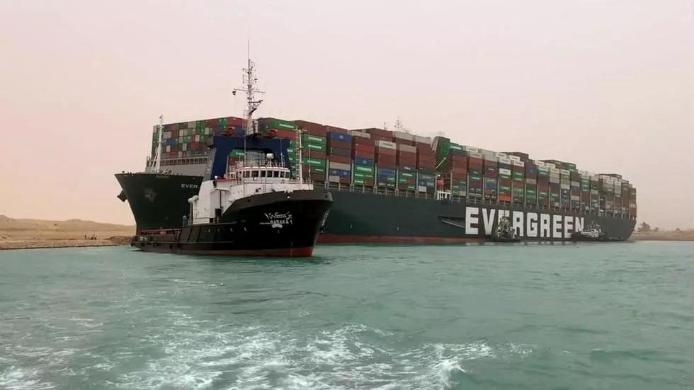 """لويدز لندن تتوقع """"خسائر كبيرة"""" من توقف الملاحة بقناة السويس"""