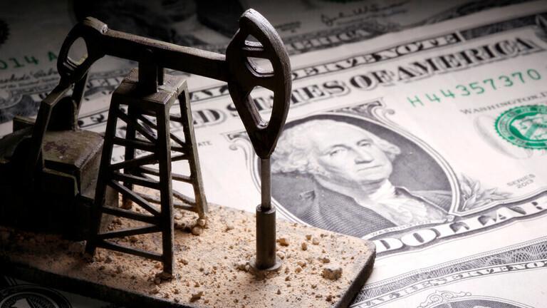 انخفاض أسعار النفط بفعل قوة الدولار الأمريكي