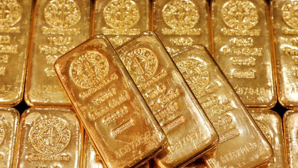 أسعار الذهب تتراجع مع ارتفاع الدولار الأمريكي