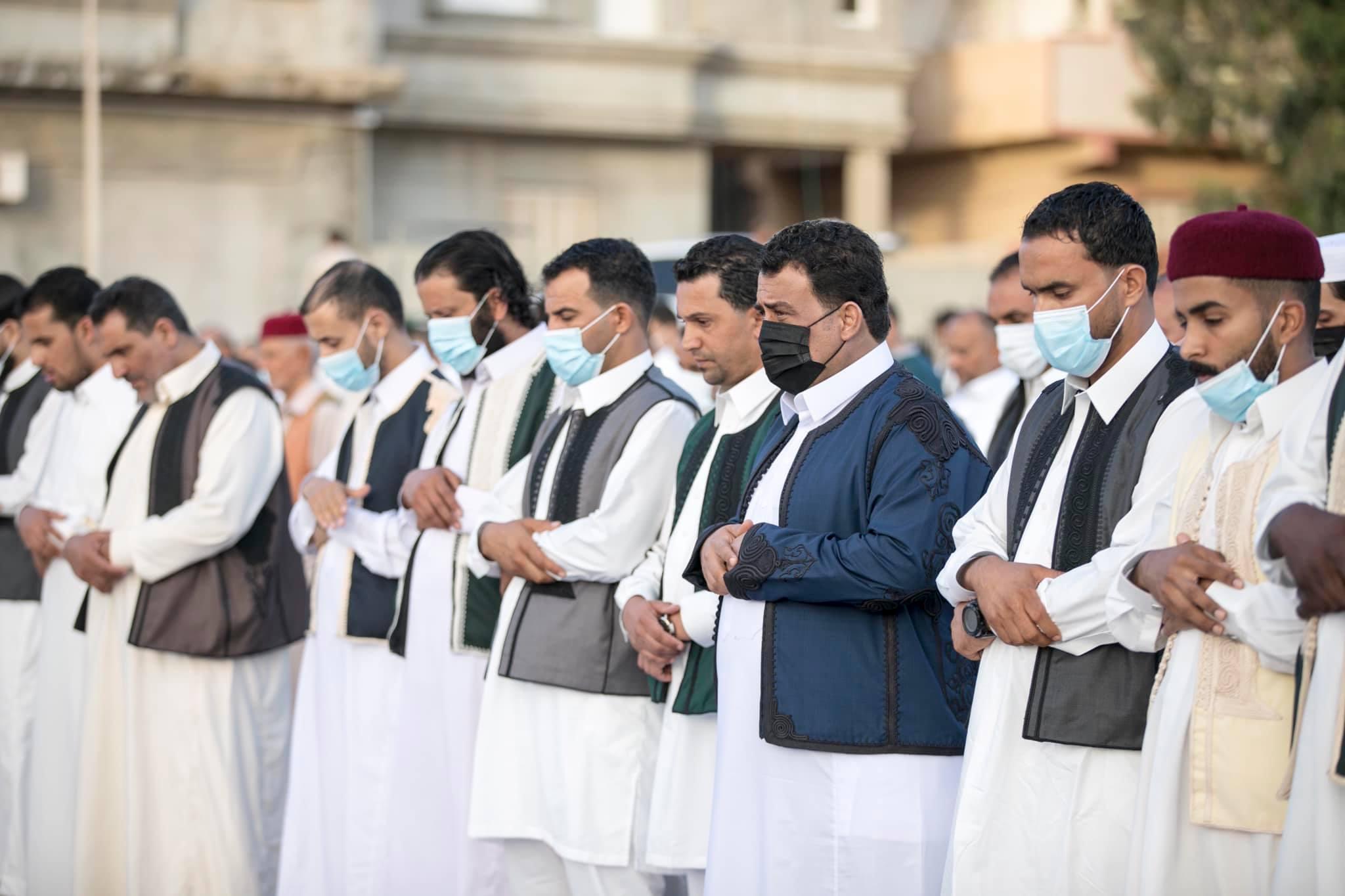 رئيس المجلس الرئاسي يُؤدي صلاة العيد بمدينة طبرق