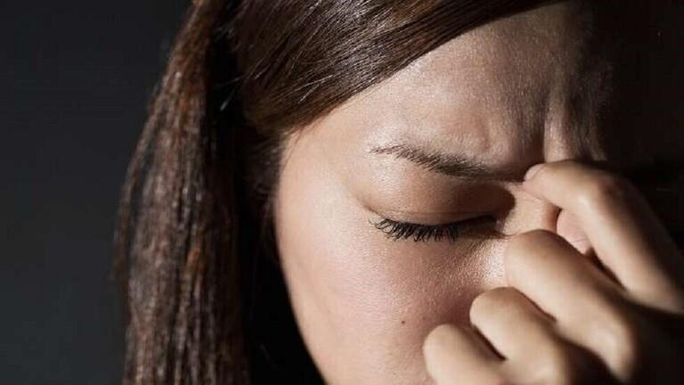 بروفيسور بريطاني يُحدد أعراض صداع «كوفيد-19»