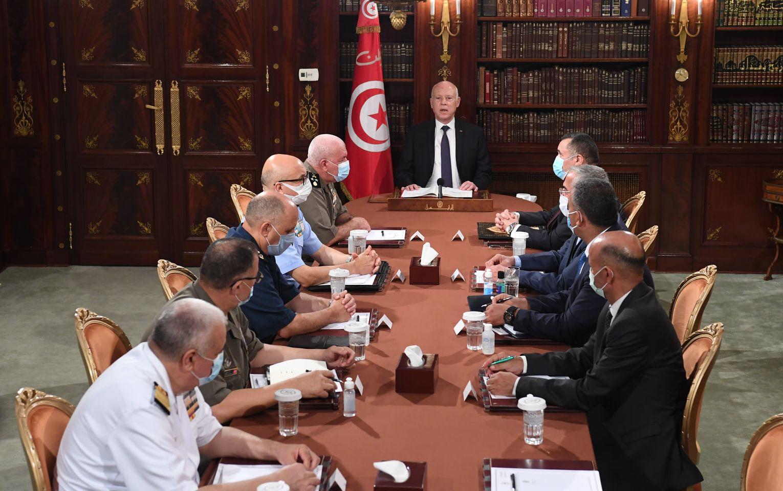 رئيس تونس يُعفي رئيس الحكومة من منصبه ويُجمد سلطات البرلمان