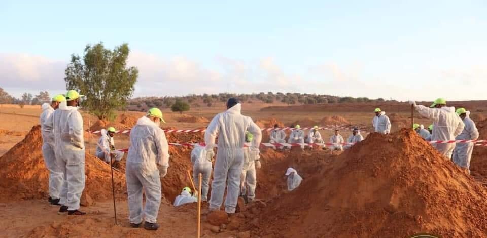 صور.. انتشال جثة من مقبرة جماعية جديدة في ترهونة