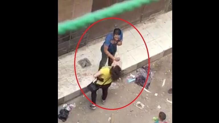فيديو.. سيدة مصرية تُلقن متحرشاً درساً قاسياً