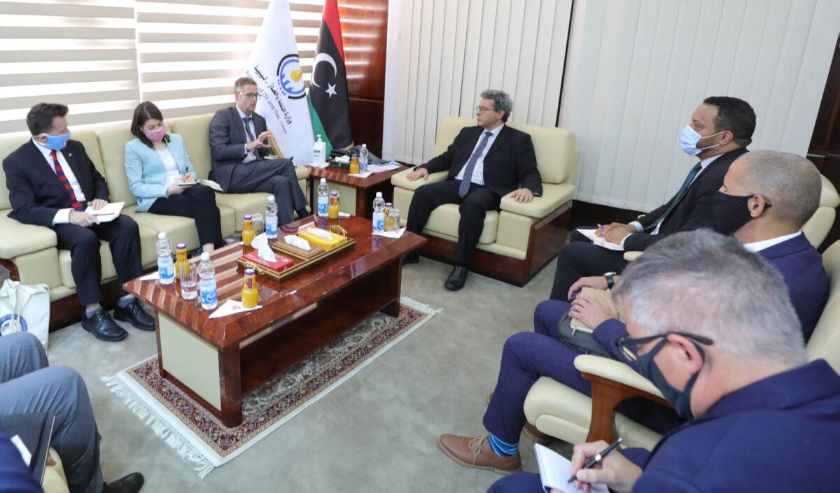 وزارة النفط تبحث تعزيز التعاون مع الشركات الأمريكية