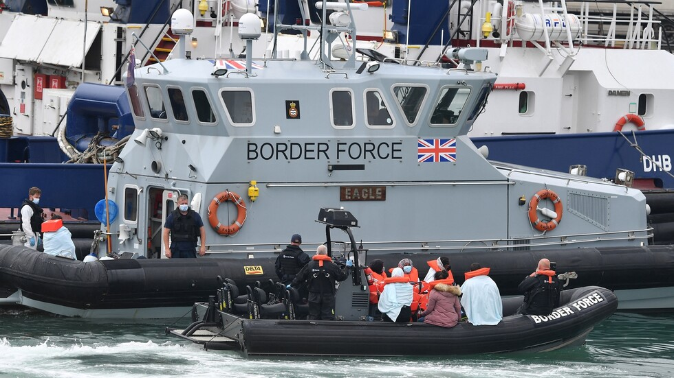 السلطات البريطانية تحتجز عشرات المهاجرين حاولوا التسلل إلى البلاد