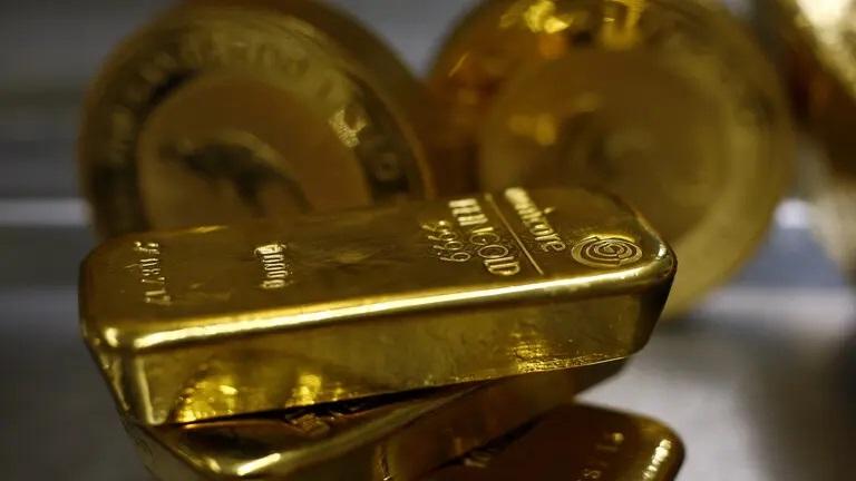 أسعار الذهب تتراجع عالمياً بعد هدوء مخاوف السوق