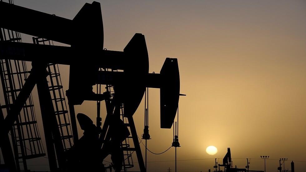 تباين أسعار النفط بعد ارتفاع قوي