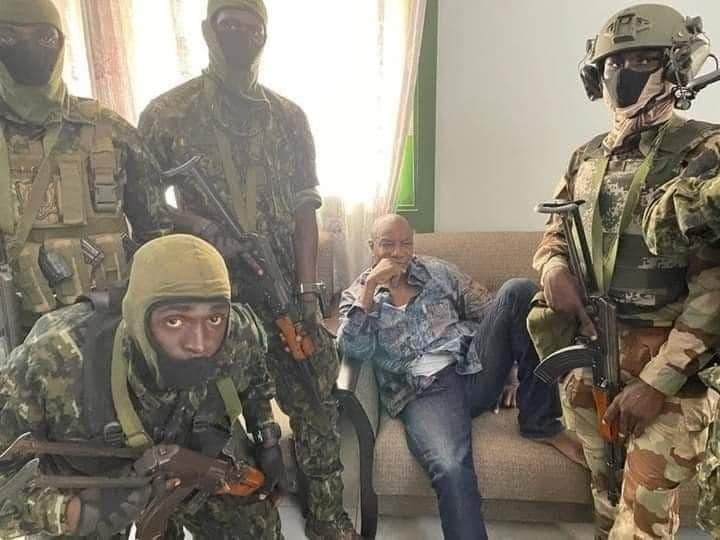 غينيا.. انقلابيون يُعلنون القبض على الرئيس وحل مؤسسات الدولة