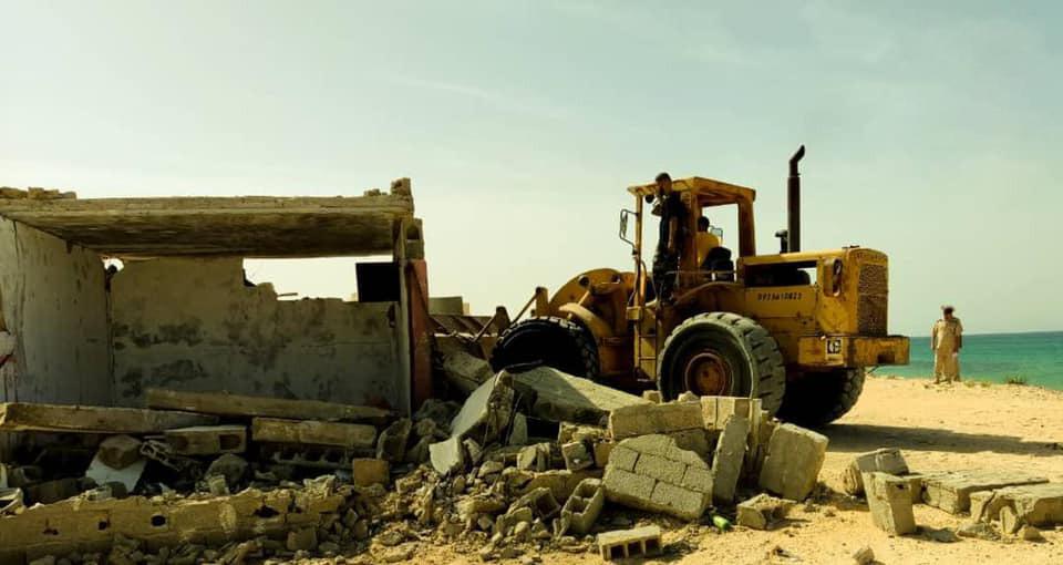 صور.. إزالة وهدم المباني العشوائية على شواطئ قصر خيار