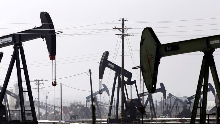 تباين أسعار النفط وسط مخاوف اقتصادية وارتفاع المخزونات الأمريكية