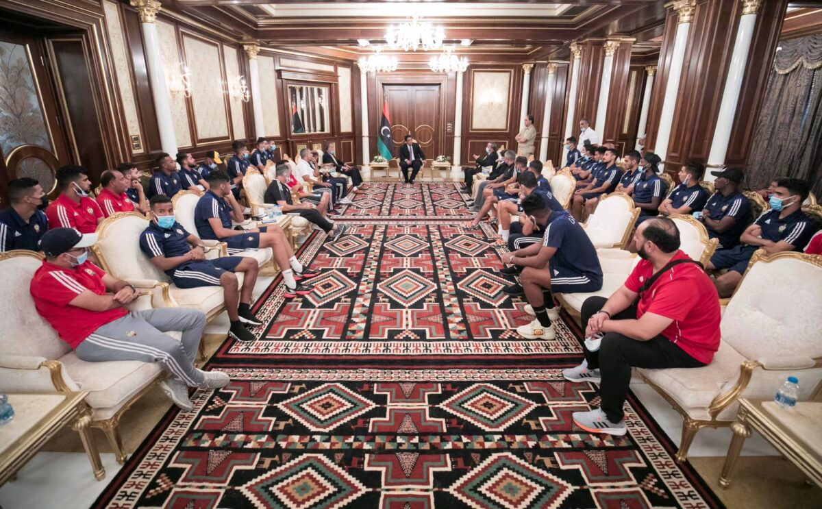 رئيس المجلس الرئاسي يستقبل بعثة المنتخب الوطني لكرة القدم