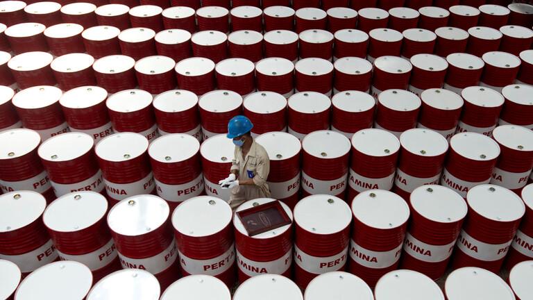 أسعار النفط تنخفض وسط مخاوف من ارتفاع التضخم