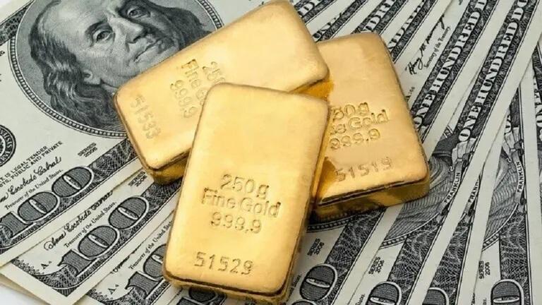 أسعار الذهب العالمية ترتفع مع تراجع الدولار الأمريكي