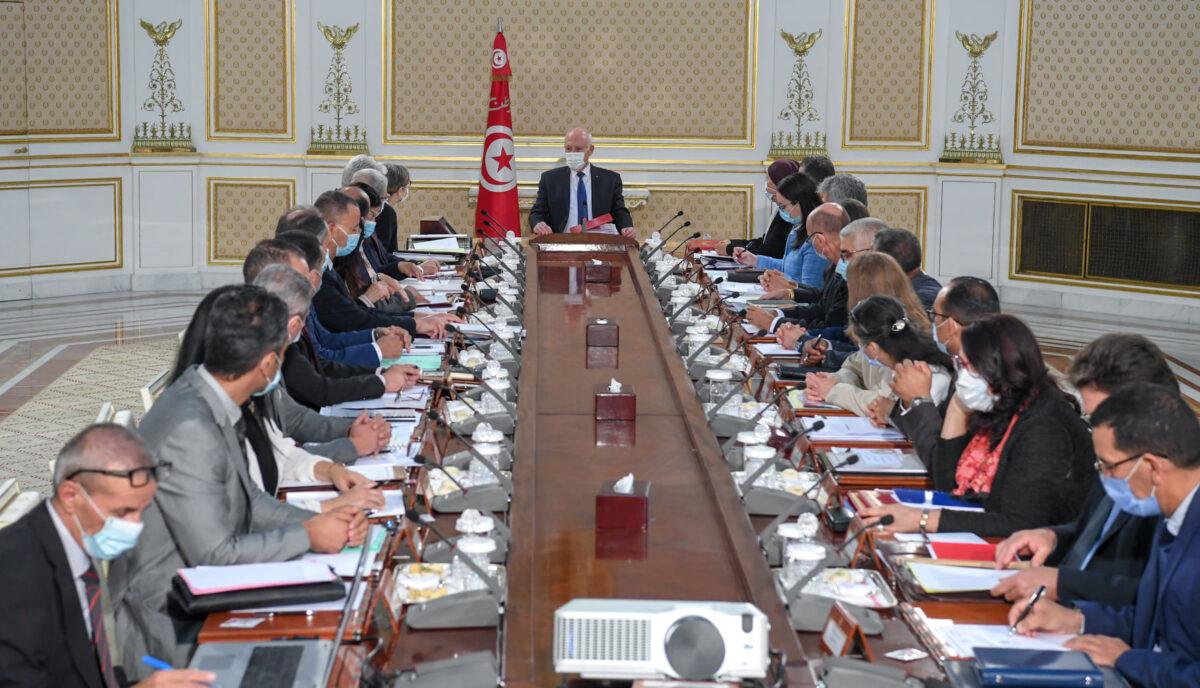 رئيس تونس يُشرف على أول اجتماع للحكومة الجديدة