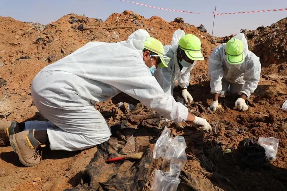 صور.. انتشال 25 جثة من مقابر جماعية جديدة في ترهونة