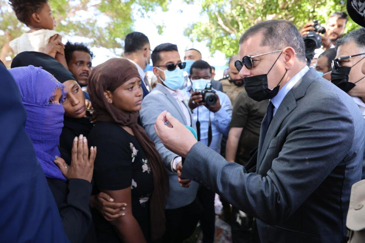 رئيس الحكومة يتفقد أوضاع المهاجرين المحتجزين